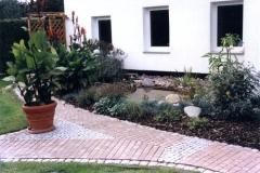 Betonsteinpflaster mit Mosaikgraniteinlagen.